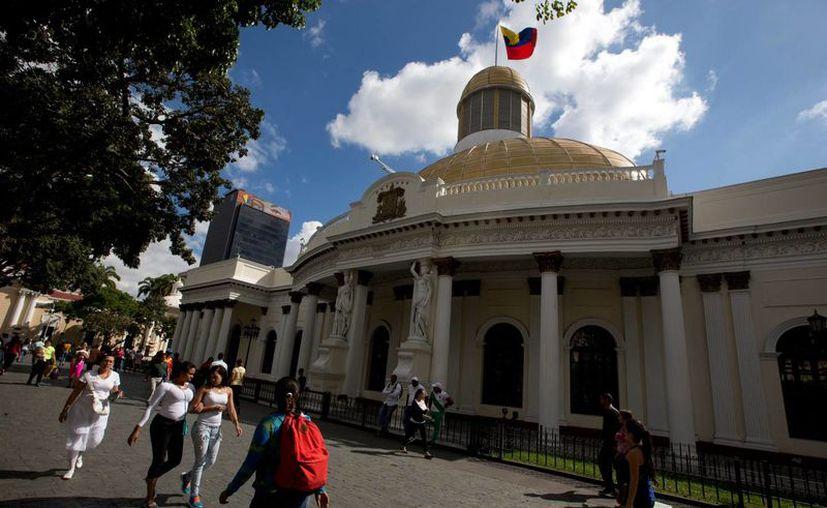 En la imagen, el Parlamento de Venezuela, el cual deben ocupar ocho legisladores de la oposición cuya elección ha sido impugnada por el oficialismo. (AP)
