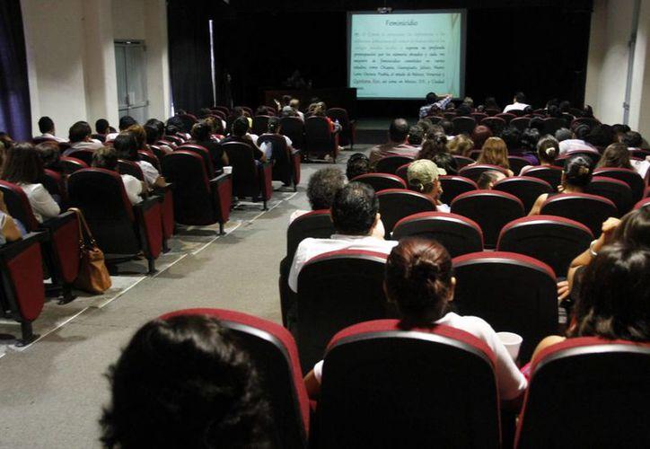Conferencia sobre violencia de género que se llevó a cabo en la Casa de la Cultura. (Tomás Álvarez/SIPSE)