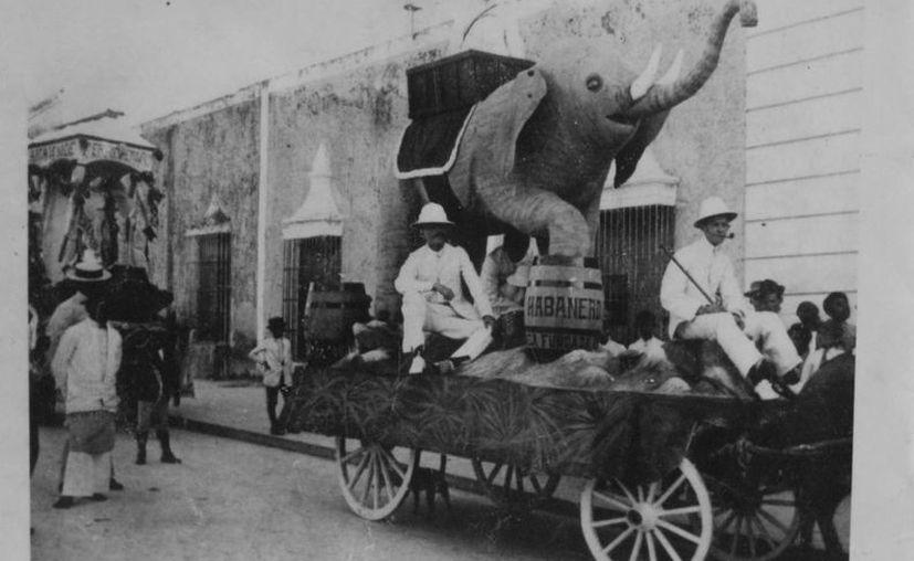 En esta ilustración, aspectos del carnaval de Mérida de 1914, curiosamente con un elefante, en la carreta. Esos eran tiempos, qué caray. (Sergio Grosjean/SIPSE)