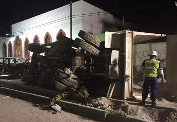 El camión perdió los frenos y arrolló a un grupo de peregrinos en Mazapil, Zacatecas. Imagen del vehículo pesado que se quedó volcado en medio de la calle. (Manuel Chacón/Milenio)
