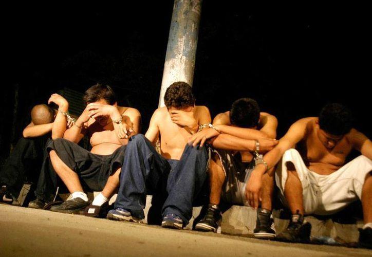 El Salvador amaneció hoy con un escándalo de proporciones nacionales e internacionales, pues entre lo más de 120 detenidos por vínculos con crimen organizado estaba un sacerdote español que apoyaba la rehabilitación de pandilleros. La imagen no corresponde al hecho y se utiliza únicamente con fines ilustrativos. (Efe/Archivo)