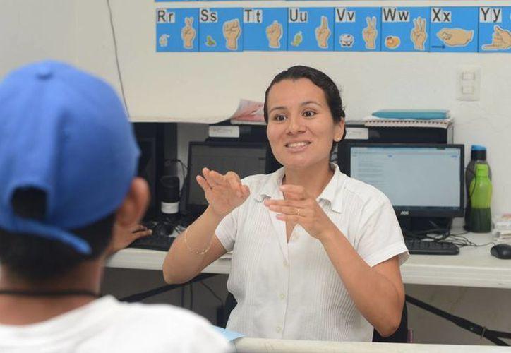 El Programa Integral para Personas con Discapacidad contempla clases de lenguaje signado y deporte adaptado. (Adrián Barreto/SIPSE)