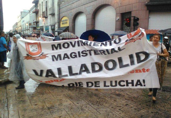 Manifestación realizada esta tarde en Mérida por el Movimiento Magisterial Democrático contra el Gobierno federal. (José Salazar/Milenio Novedades)