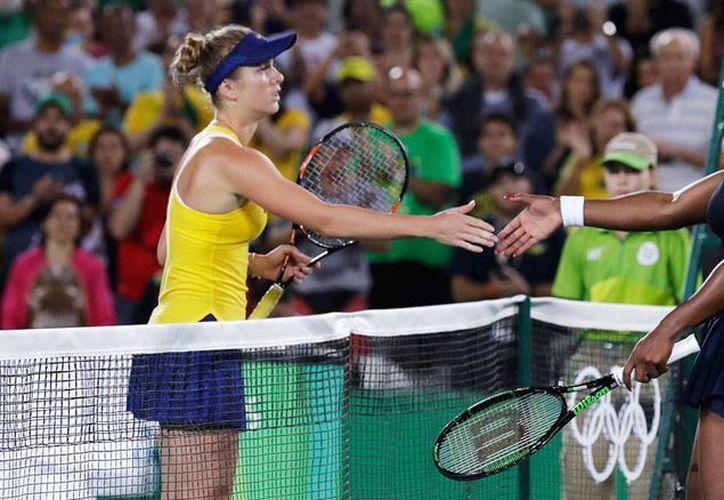 Serena Williams (der.) estrecha la mano a la ucraniana Elina Svitolina, quien la eliminó de la competencia en Río 2016, este martes. (AP Photo/Charles Krupa)