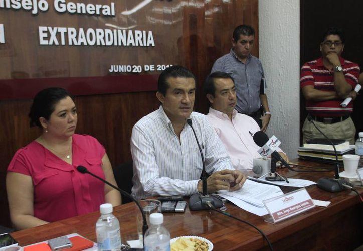 El consejero presidente del Ieqroo, Jorge Manríquez Centeno, en conferencia de prensa. (Harold Alcocer/SIPSE)