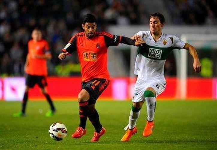 Carlos Vela entró de cambio pero no pudo ayudar a evitar la derrota de Real Sociedad en casa de Elche en la Liga de España. (mexsport.com)
