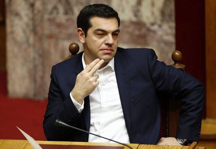 Alexis Tsipras, que recién tomó las riendas de una Grecia en situación crítica, anunció que recortará los gastos de su gobierno. (EFE)