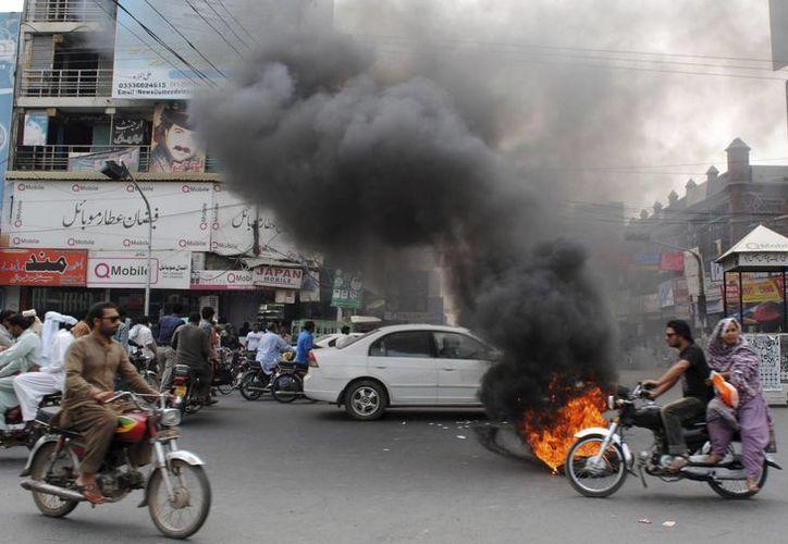 La explosión fue tan poderosa que lanzó a varios cuerpos hacia el borde de la carretera. (EFE/Foto de contexto)