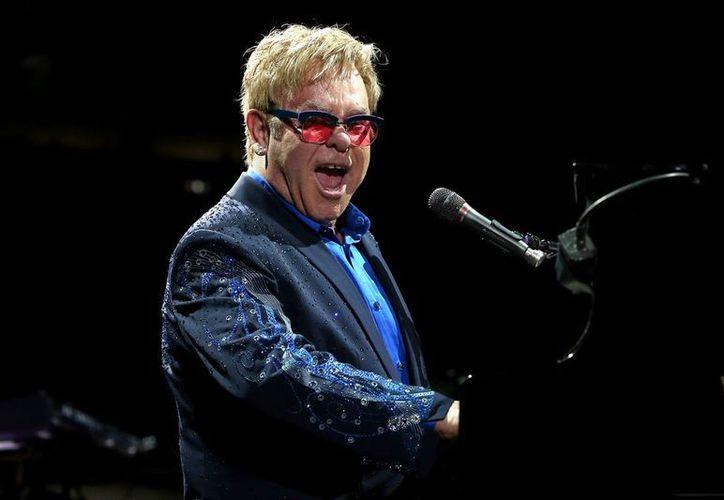 El cantante Elton John se presentará en el gran premio de Estados Unidos el próximo 25 de Octubre. La presentación de John constará de dos horas continuas presentando sus mejores éxitos de su carrera. (Notimex)