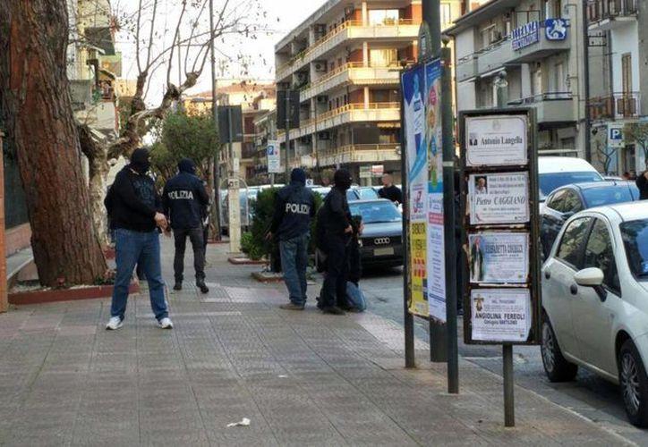 Momento del arresto del argelino Djamal Eddine Ouali (de rodillas), en la localidad italiana de Bellizzi, cerca de Salerno. (EFE)