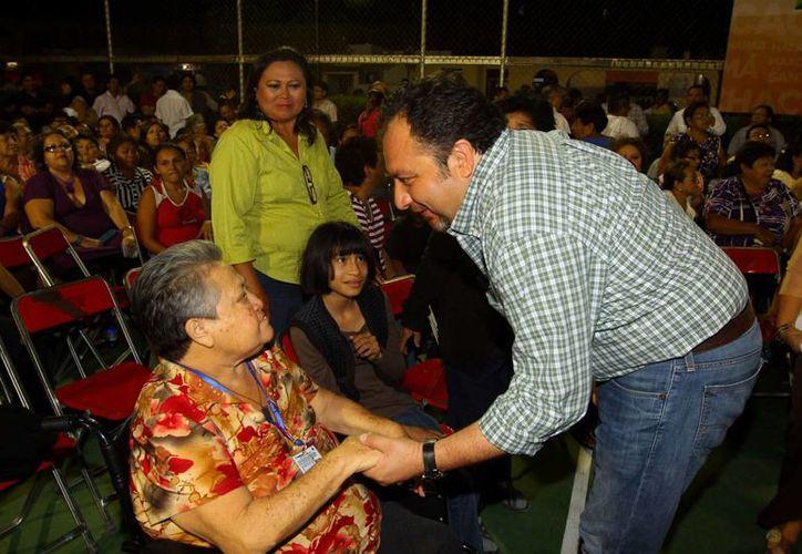 El diputado Francisco Torres Rivas saluda a una vecina de la colonia Lázaro Cárdenas, donde se realizó uno de los 'Diálogos con el Gobernador'. (Cortesía)