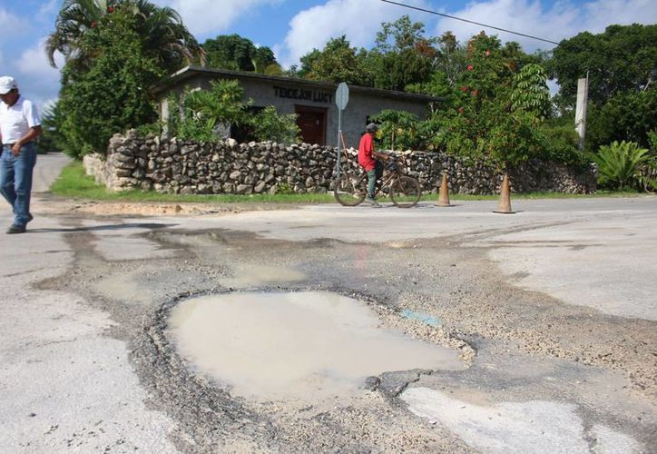 Presentan calles primeros desperfectos echando a perder calles y afectando la presión. (Benjamín Pat/ SIPSE)