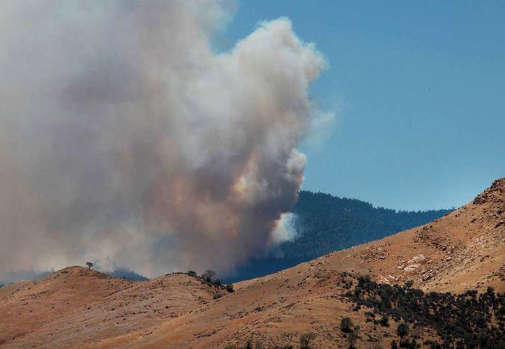 El incendio, que inició el viernes por la noche, obligó a desalojar a los habitantes de la zona. (AP)