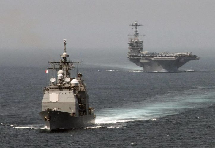 El buque militar USS Gettysburg (i) y el portaaviones USS Harry S. Truman cruzan el Estrecho de Gibraltar. La foto es del 3 de agosto. (EFE/Jamie Cosby-US Navy)