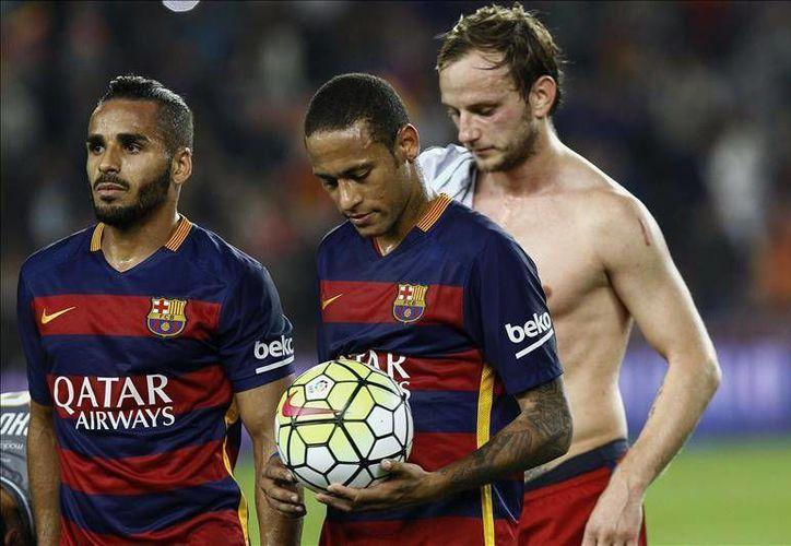 El brasileño Neymar (c) se 'robo' la pelota este sábado en el Camp Nou, y consiguió cuatro goles para impulsar una valiosa victoria del Barcelona ante el Rayo Vallecano. (Notimex)