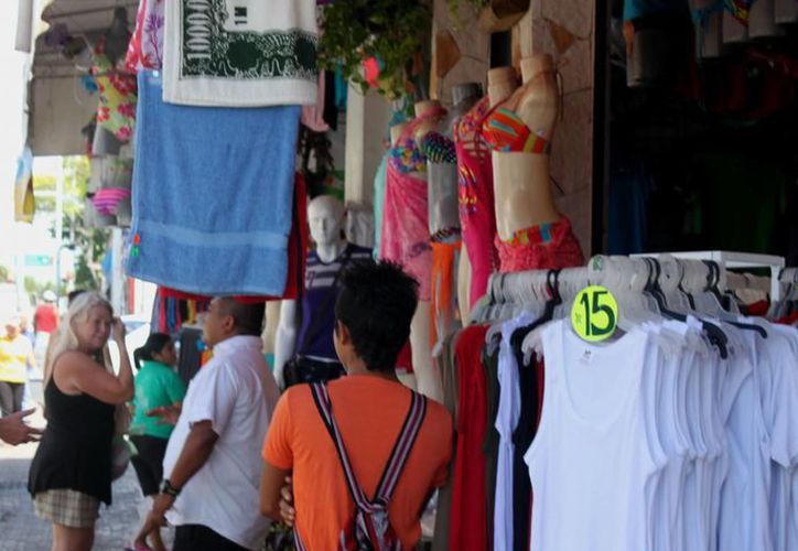 Vendedores de ropa y zapatos esperan aumentar sus ventas cuando los padres acudan a comprar uniformes escolares a sus hijos.  (Igor Cabrera/SIPSE)