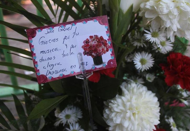 Las puertas de la casa de Juan Gabriel en Ciudad Juárez en poco tiempo se llenaron de flores y veladoras. (Excélsior)