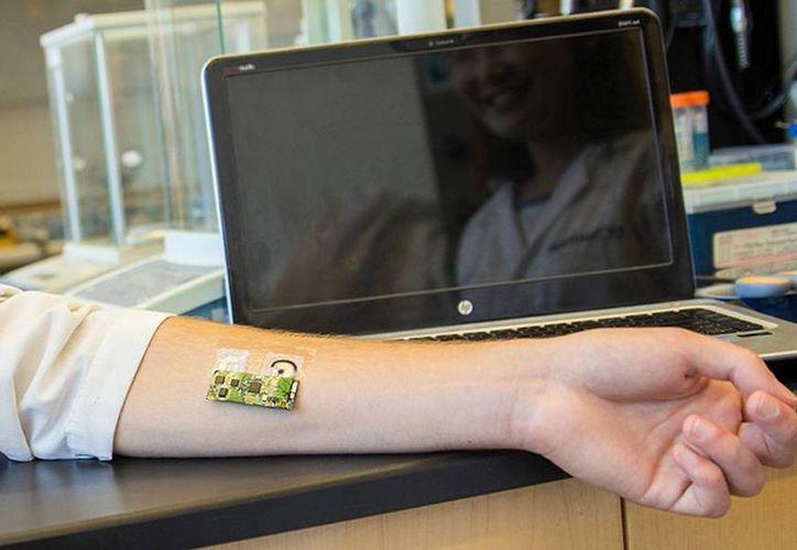 El sensor está compuesto por dos partes. Por un lado, un adhesivo removible que se adhiere a la piel y por el otro un circuito flexible que magnéticamente se pega al tatuaje. (ucsdnews.ucsd.edu)