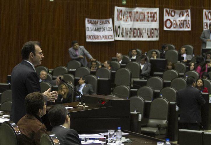 Protesta de perredistas durante la comparecencia de Luis Videgaray, este miércoles. (Notimex)