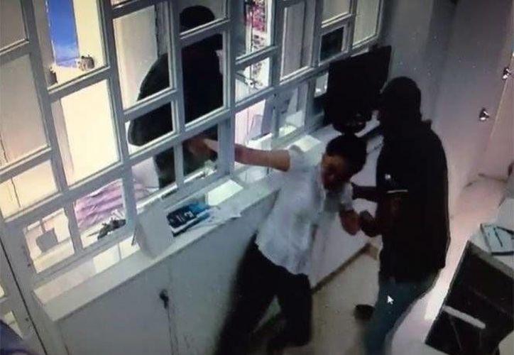 Una empleada fue asaltada y lesionada en un negocio en la capital mexicana.
