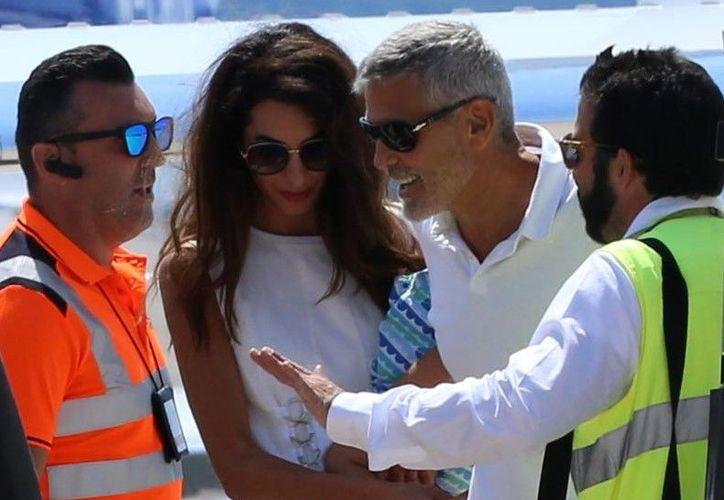 George Clooney fue visto cuando abordaba un jet privado, luego del accidente que sufrió esta semana. (Quién)