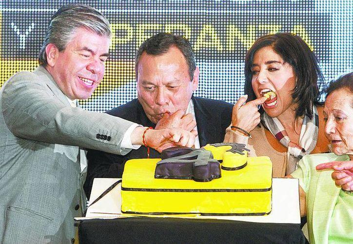 Raúl Flores, Jesús Zambrano, Alejandra Barrales e Ifigenia Martínez, en el festejo del PRD. (Milenio)