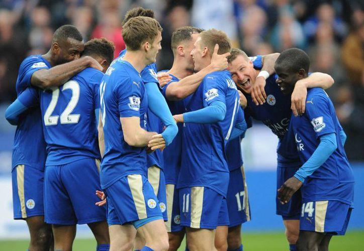 Con una goleada de 4-0 ante el Swansea, el Leicester dio un paso más hacia el título de la Premier League. (AP)