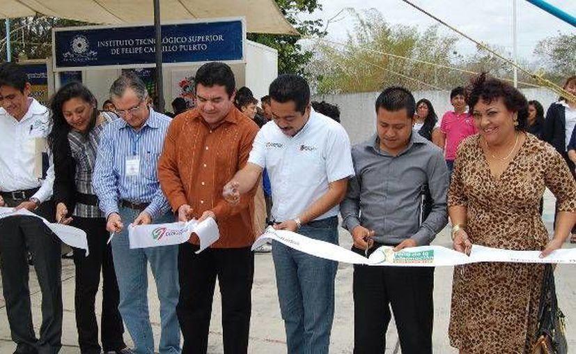 En representación del presidente municipal Sebastián Uc Yam, asistió el secretario general Justino Dzul Cen, para atestiguar la inauguración del evento. (Redacción/SIPSE)