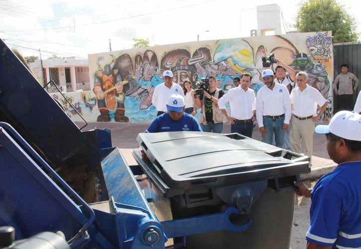 """Con el apoyo de un camión compactador de siete toneladas y un """"carr all"""", la recolección de basura en el fraccionamiento Fidel Velázquez ya no es 100% manual, con lo que se ahorra tiempo y esfuerzo. (Fotos cortesía del Ayuntamiento de Mérida)"""