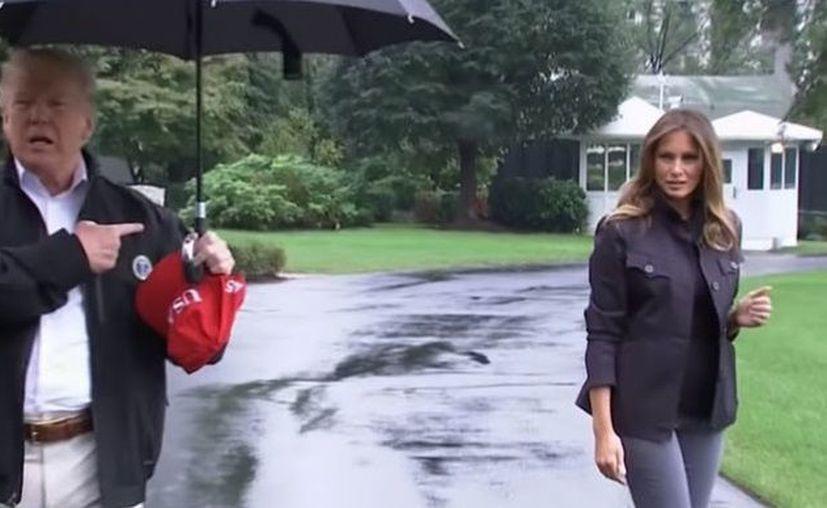 El presidente estadounidense abandonó a su mujer bajo la lluvia sin preocuparse por su bienestar. (RT Noticias)