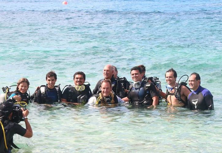 Ayer por la mañana la escultura de Ramón Bravo fue colocada bajo el mar de Cozumel en una ceremonia subacuática. (Redacción/SIPSE)