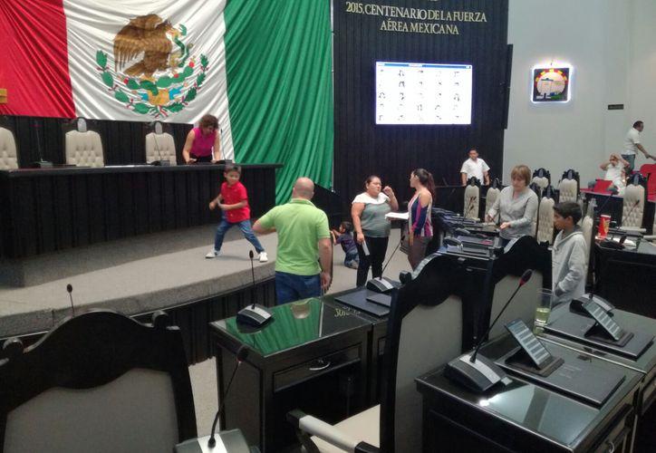 Los niños saltaron y corrieron en la sala del Congreso y hasta se tomaron fotos en los curules de los legisladores. (Foto: Redacción)