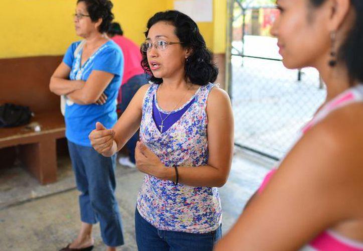 Imagen de las madres de familia de los estudiantes de la primaria afectada. (Milenio Novedades)