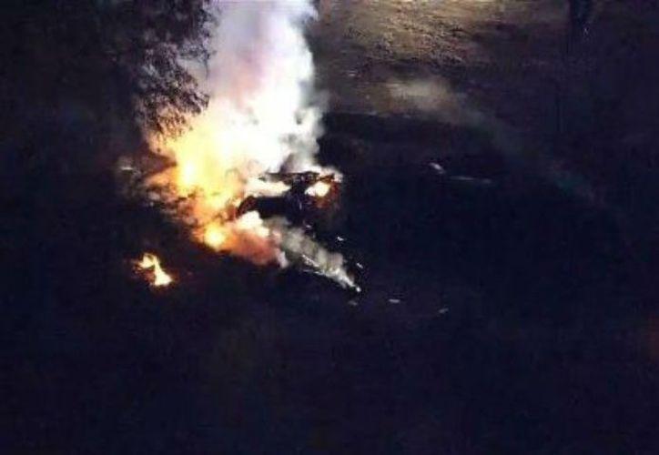 La avioneta cayó minutos después del despegue y se incendió. (AP)