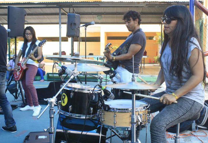 Ayer la banda se presentó en la cancha del Colegio Latino. (Harold Alcocer/SIPSE)