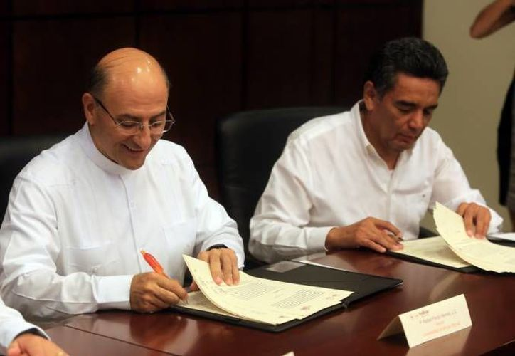 El rector de la Universidad Anáhuac Mayab, Rafael Pardo Hervás (i) anunció la construcción de un segundo edificio para la Escuela de Salud. (Foto de archivo de SIPSE)