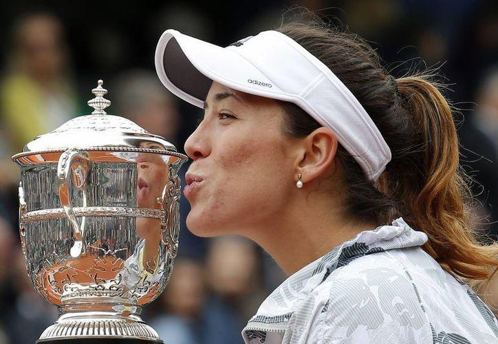 Garbiñe Muguruza conquistó su primer título de Grand Slam en su carrera, tras sorprender a Serena Williams, quien era favorita para llevarse el título. (AP)