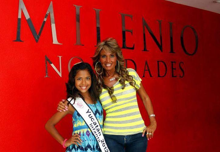 """Romina Herrera, """"Nuestra Belleza Infantil 2012"""", acompañada de la coordinadora del evento, Morita Ruiz. (Christian Ayala/SIPSE)"""
