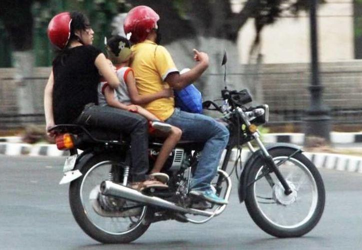 Conoce las especificaciones que debe tener un casco de motociclista para ser seguro y cumplir su función de amortiguar los impactos al momento de un accidente.