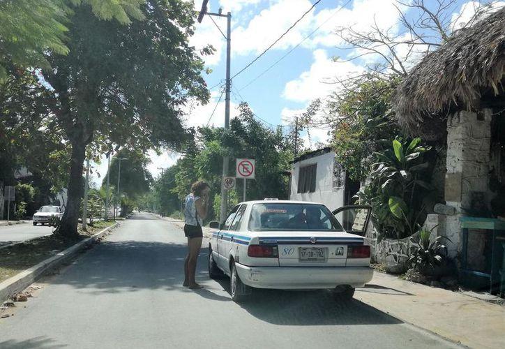 El aumento a la tarifa de taxis en Bacalar causa descontento en una parte de la población, que se queja del mal servicio que ofrece este medio de transporte.  (Javier Ortiz/SIPSE)