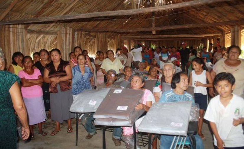 El DIF visitó las comunidades para llevar abrigos, ya que con el descenso de las temperaturas los más necesitados sufren frío. (Redacción/SIPSE)