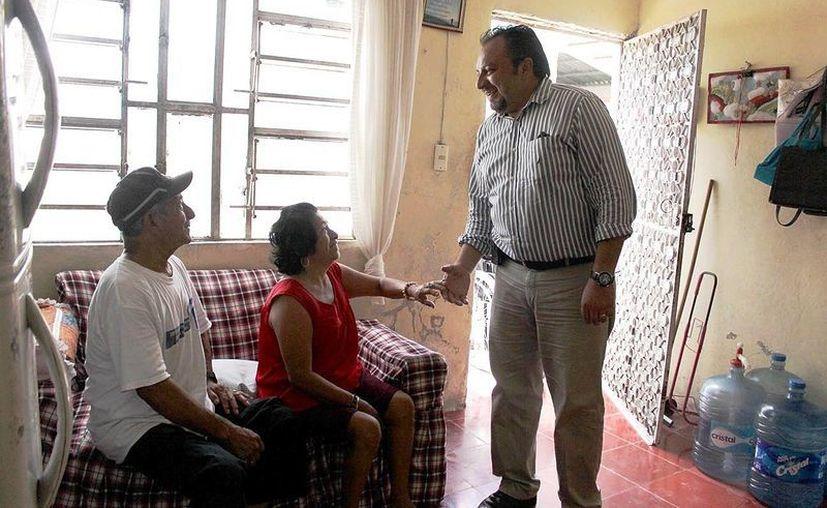 El diputado Francisco Torres Riva al llegar a la casa de los esposos  Rosalía Cab y Gonzalo Canché Avilés. (Cortesía)