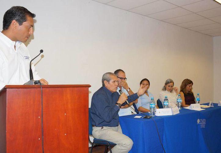 El moderador de la Mesa Panel 'Más becarios y menos sicarios. La educación y el rezago social en Mérida, una visión desde el desarrollo social' fue Julio Sauma Novelo, director de Desarrollo Social del Ayuntamiento de Mérida. (SIPSE)