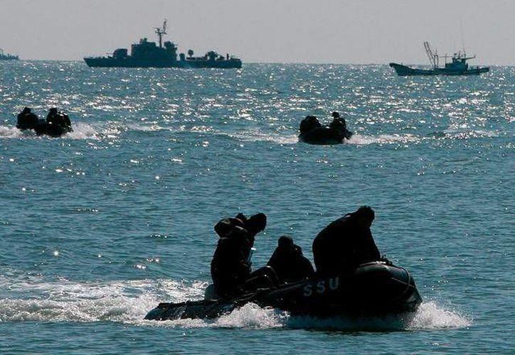 Un helicóptero y ocho embarcaciones participan en la búsqueda de los tripulantes del carguero accidentado. (rpp.com.pe)