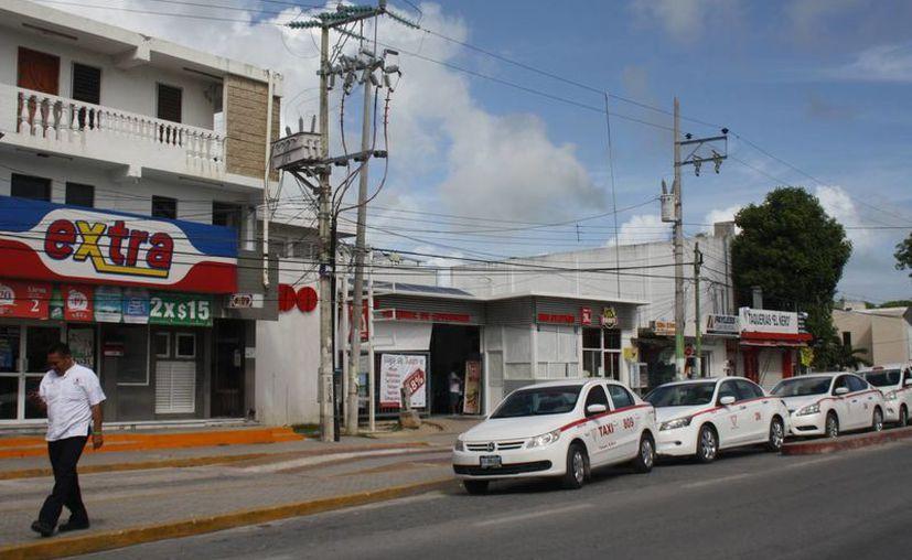 Durante las fiestas decembrinas se ha propuesto cerrar los carriles de baja velocidad de la avenida principal de Tulum. (Sara Cauich/SIPSE)