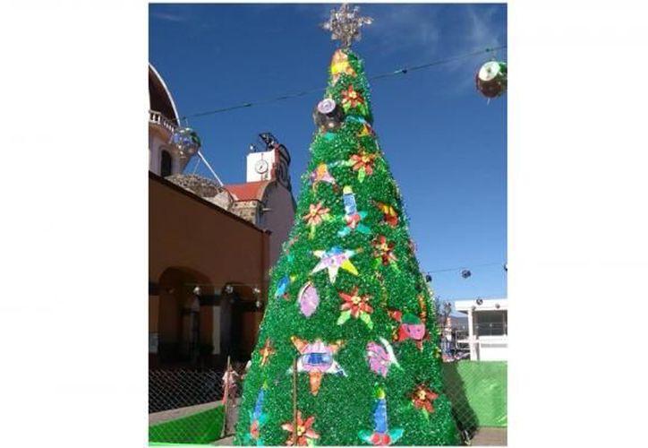 El árbol de 11 metros es una tradición que se realiza cada año en el poblado.(Excélsior)