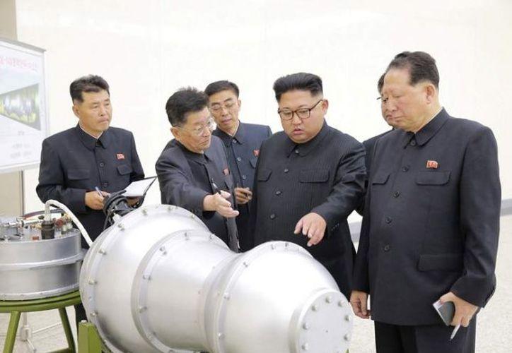 Kim Jon Un, supervisó el momento de la instalación de la bomba en un nuevo misil balístico Intercontental. (Foto: Excélsior).
