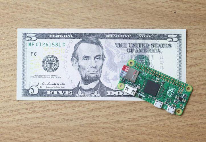 La pequeña Pi Zero cuenta con un procesador BCM2835,  una tarjeta de memoria microSD, un entrada de mini-HDMI para video y entradas de micro USB. Cuesta 5 dólares. (Raspberry Pi)