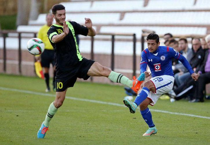 Aspecto del partido entre el CD El Palo y La Máquina del Cruz Azul, que el club mexicano sostuvo como preparación para el Mundial de Clubes que arranca el próximo 10 de diciembre, en Marruecos. (Efe)