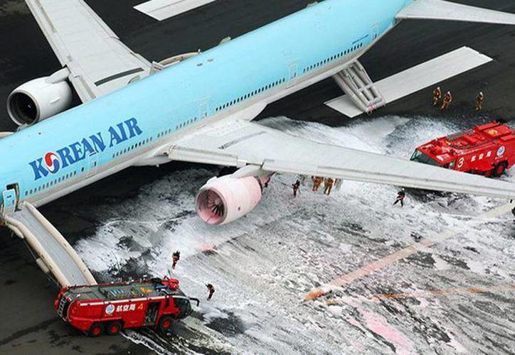 El incendio de uno de los motores del avión se produjo poco antes de las 12:40 hora local cuando el Boeing 777-300 estaba a punto de despegar rumbo a Seúl. (Kyodo)